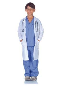 Médico de niño friega con Labcoat