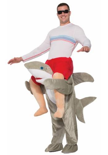 Adulto monta un disfraz de tiburón